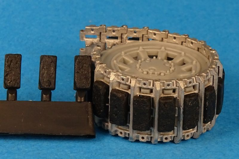 Tracks for AMX-13 with rubber pads, worn out /destructed pads